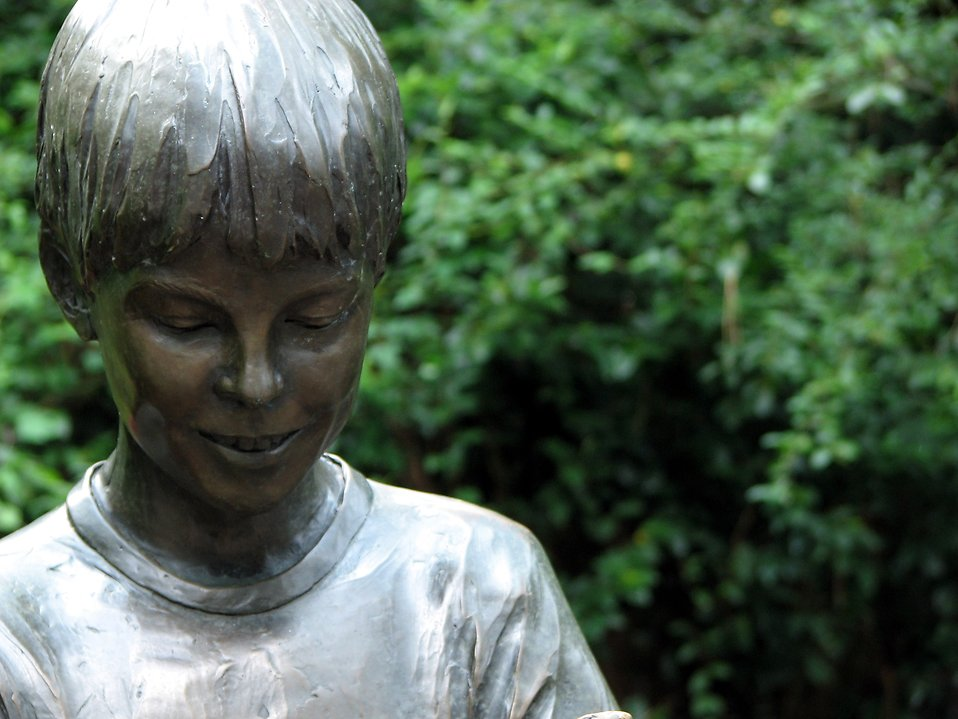 Statue of a boy : Free Stock Photo