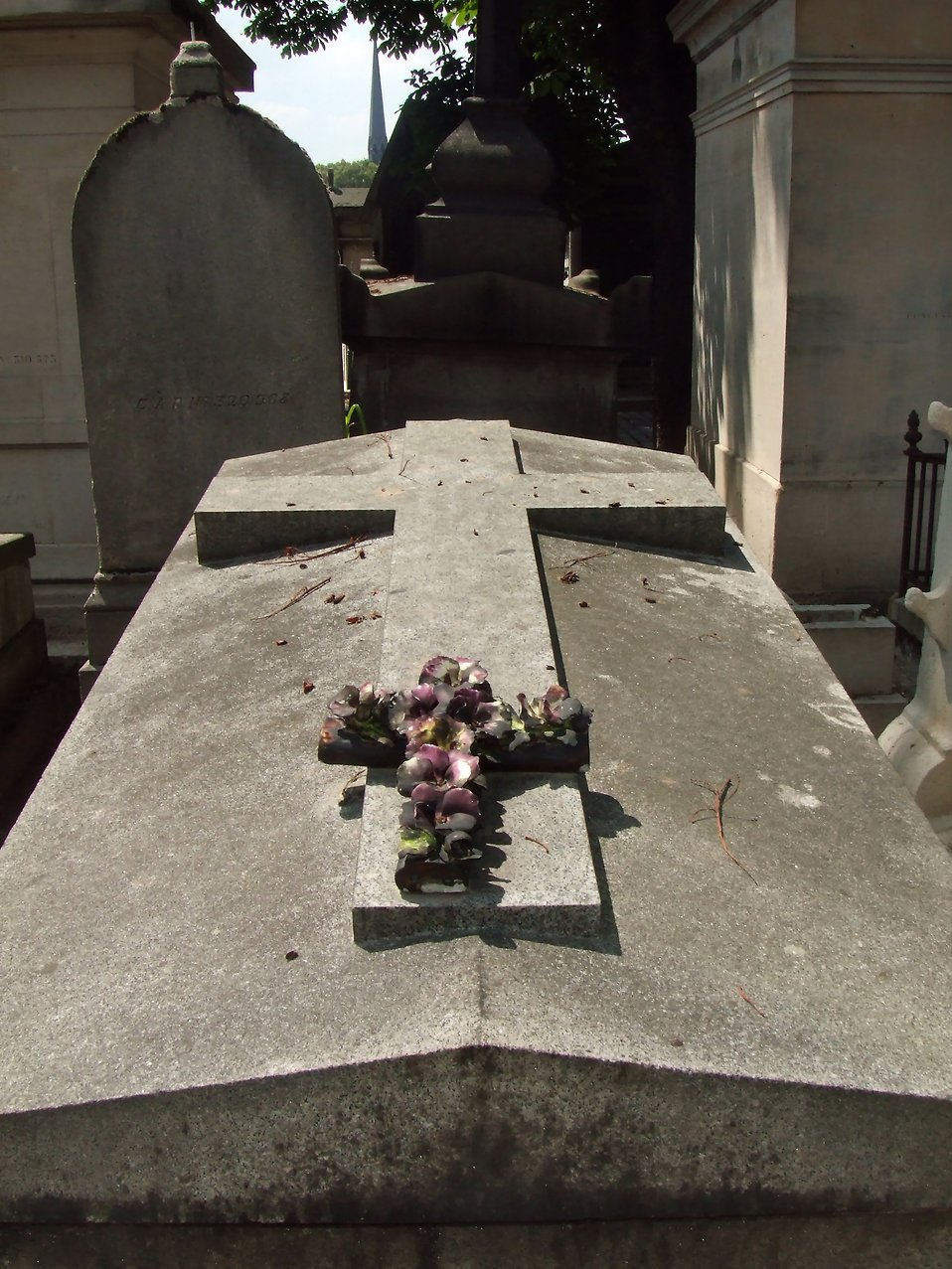 A grave at Pere-Lachaise : Free Stock Photo