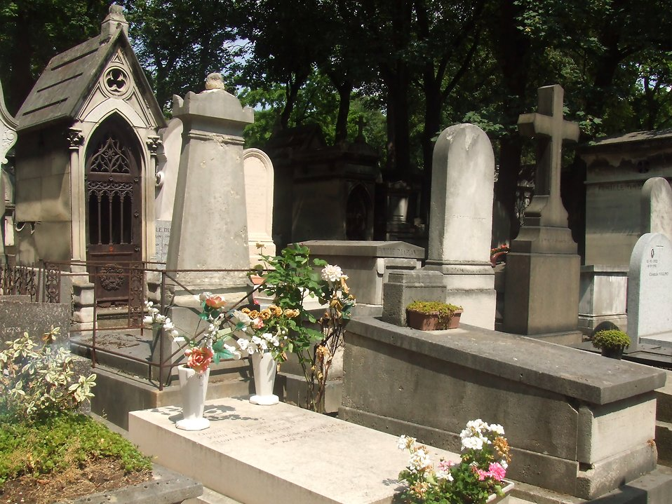 Graves at Pere-Lachaise cemetary : Free Stock Photo