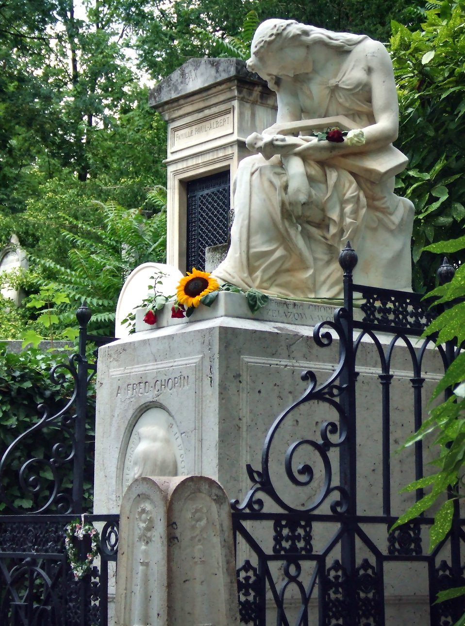 Chopin's grave at Pere-Lachaise cemetary : Free Stock Photo