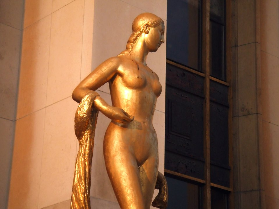 Bronze statue of a woman : Free Stock Photo