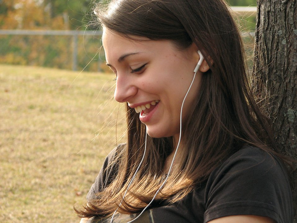 Teenage girl listening to music : Free Stock Photo