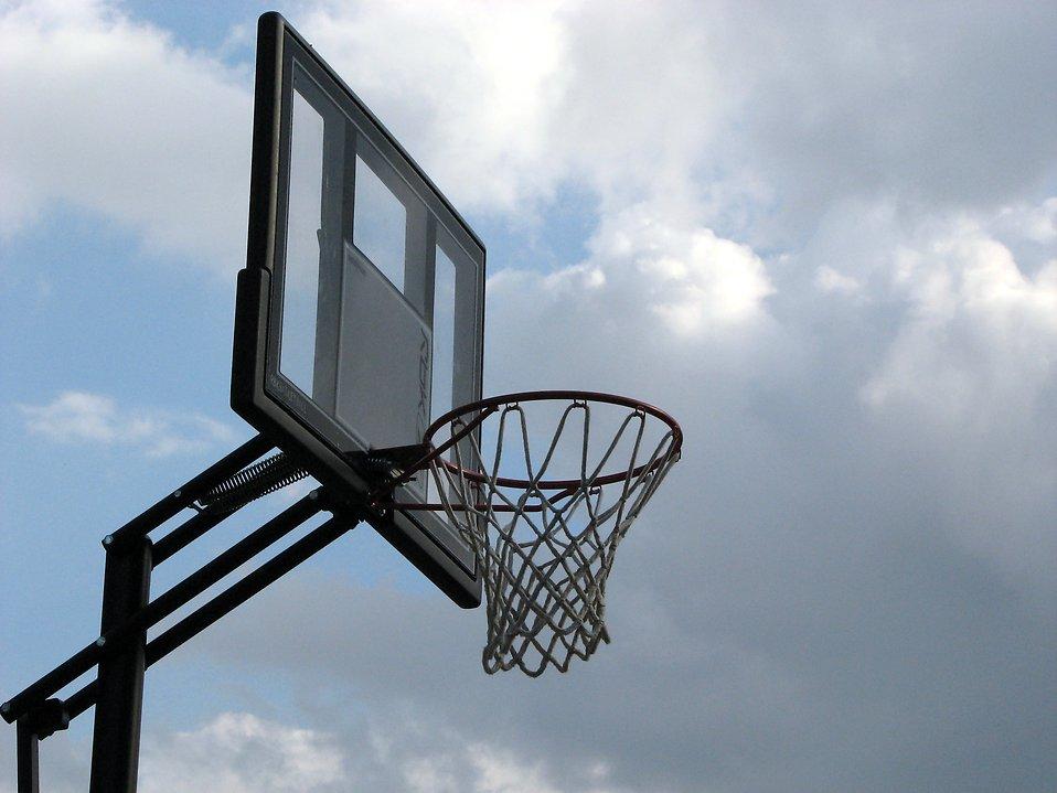 Outdoor basketball hoop : Free Stock Photo