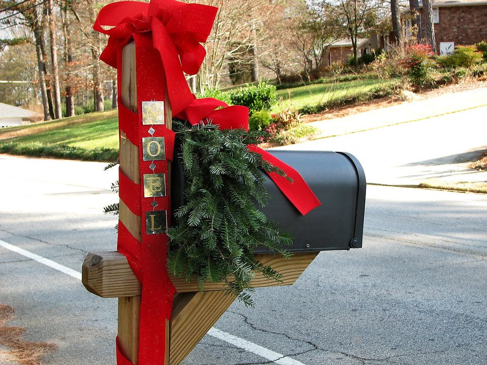 A mailbox decorated for Christmas : Free Stock Photo
