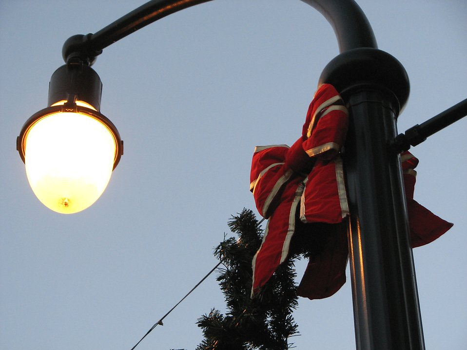 Light post decorated for Christmas : Free Stock Photo