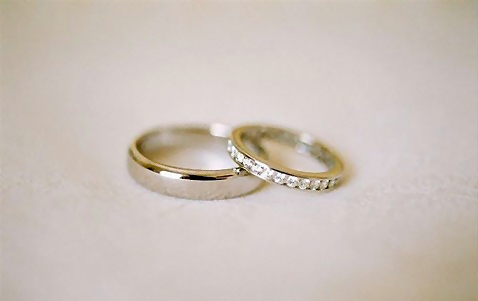 Closeup of a pair of wedding rings : Free Stock Photo