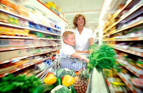 Woman and child grocery shopping : Free Stock Photo