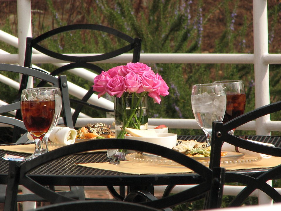 An outdoor table setting : Free Stock Photo