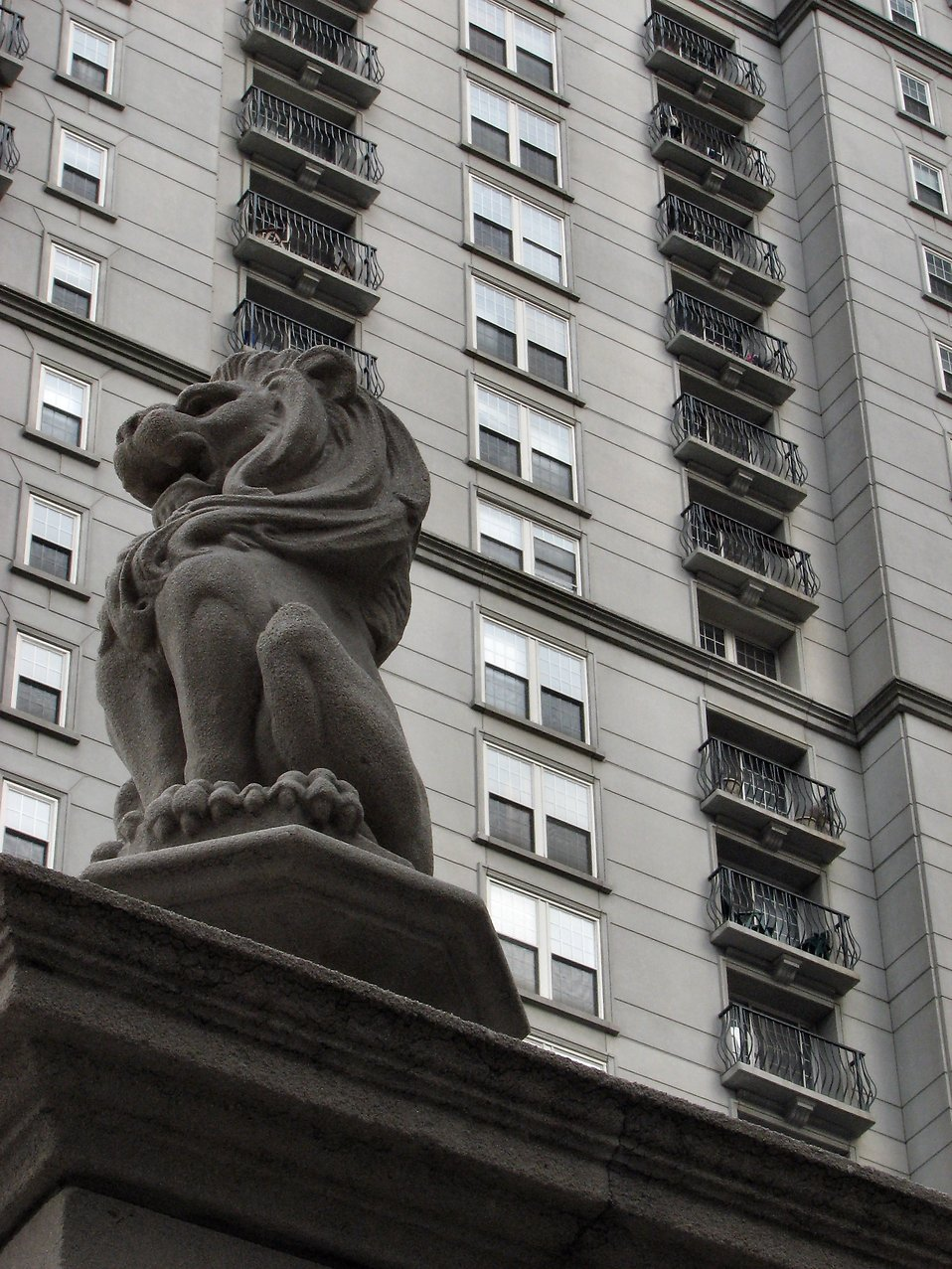 Statue of a lion in front of a tall building in Atlanta, Georgia : Free Stock Photo