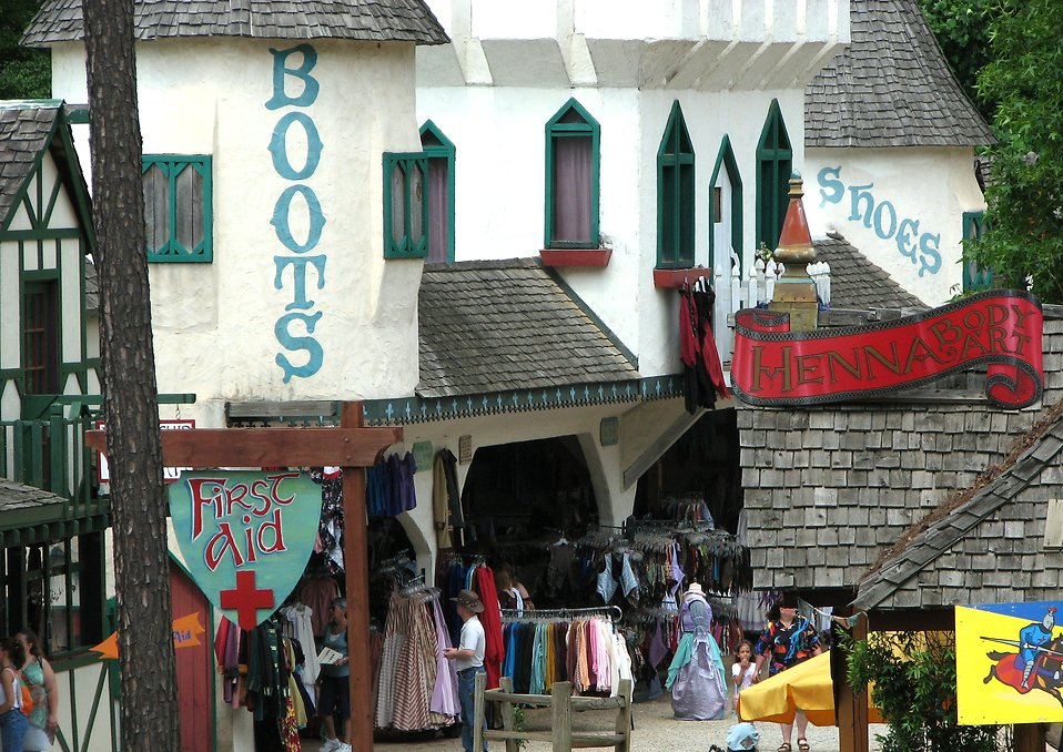 People browsing Renaissance shops : Free Stock Photo