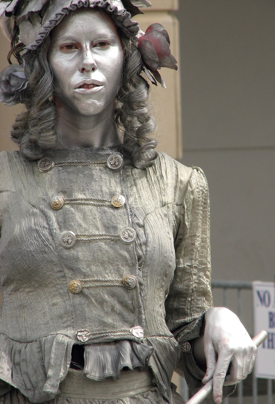 Female living statue in silver : Free Stock Photo