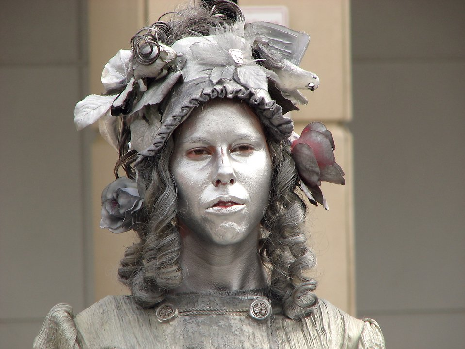 Closeup female living statue in silver : Free Stock Photo