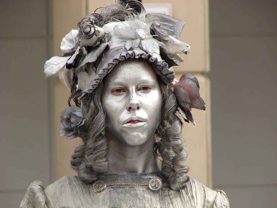 Closeup female living statue in silver : Free Stock Photo