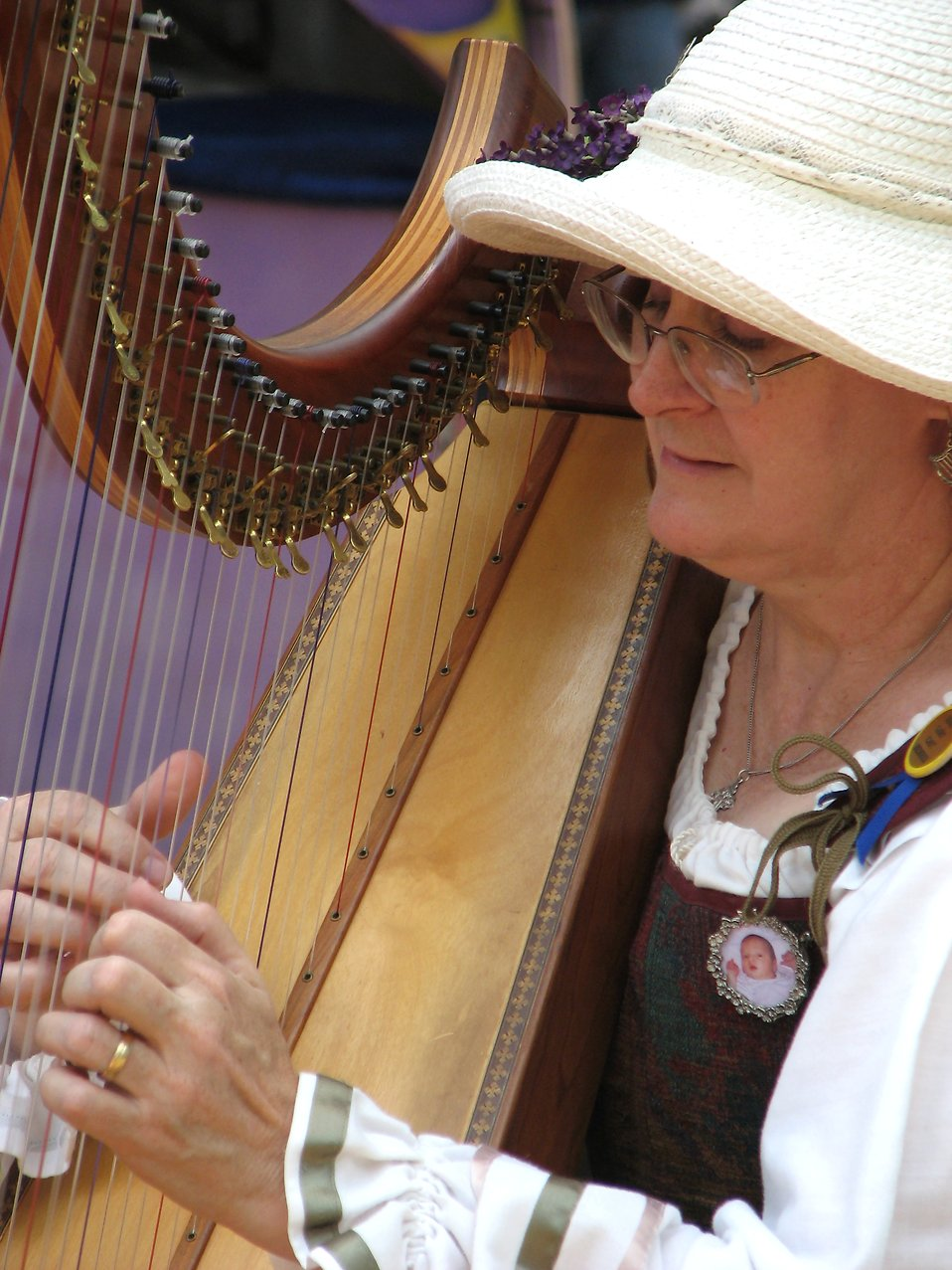 Medieval woman playing a harp : Free Stock Photo