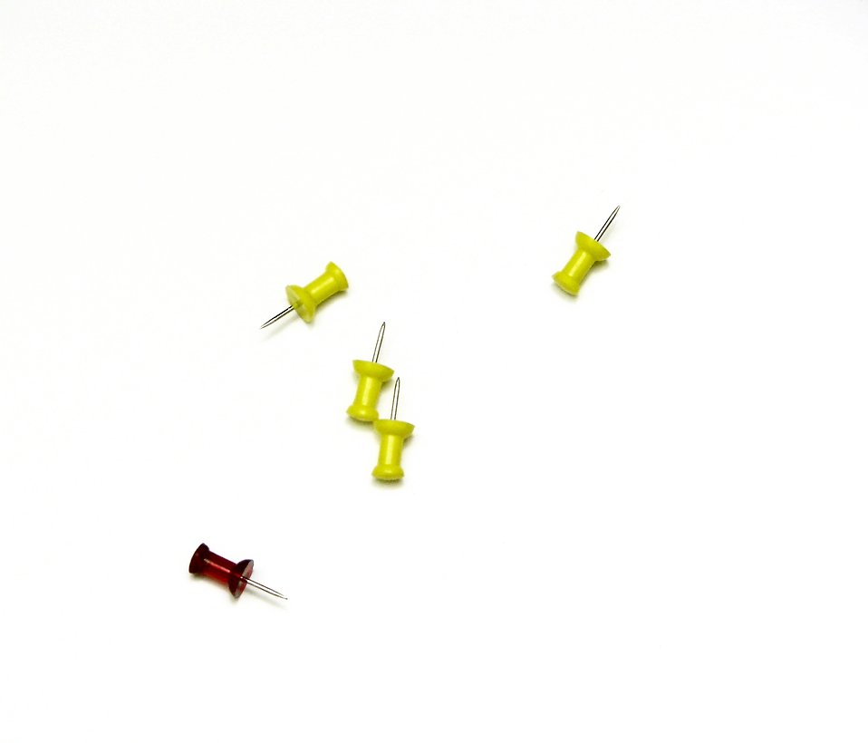 Red and yellow push pins : Free Stock Photo