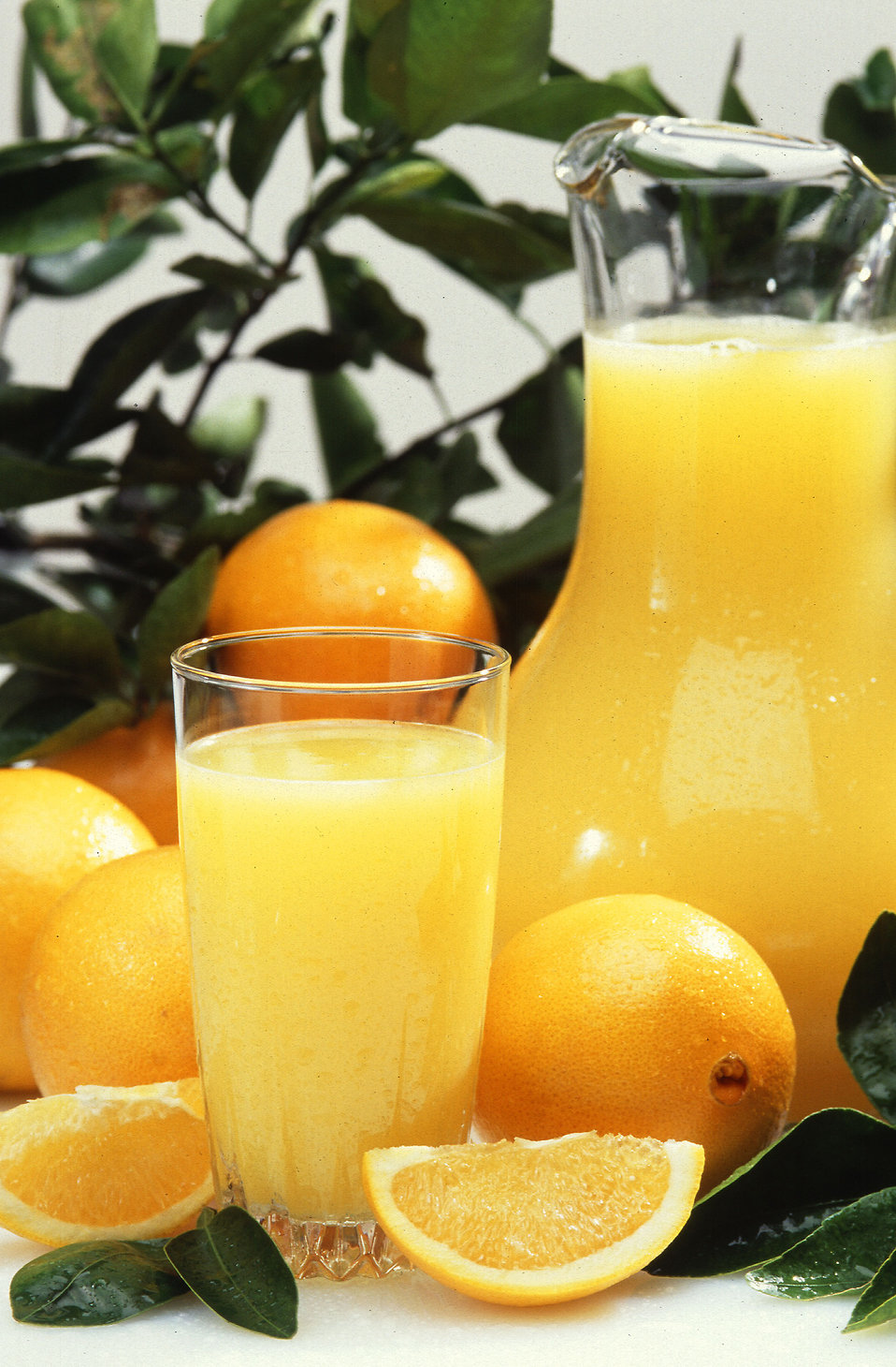 A display of oranges and orange juice : Free Stock Photo