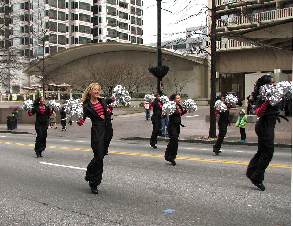 Beautiful cheerleaders in the 2010 Atlanta Saint Patrick's Day Parade : Free Stock Photo