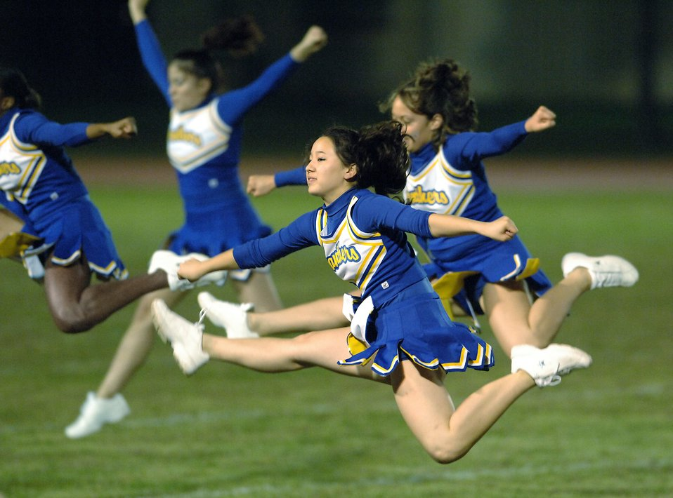 Cheerleaders jumping in the air : Free Stock Photo