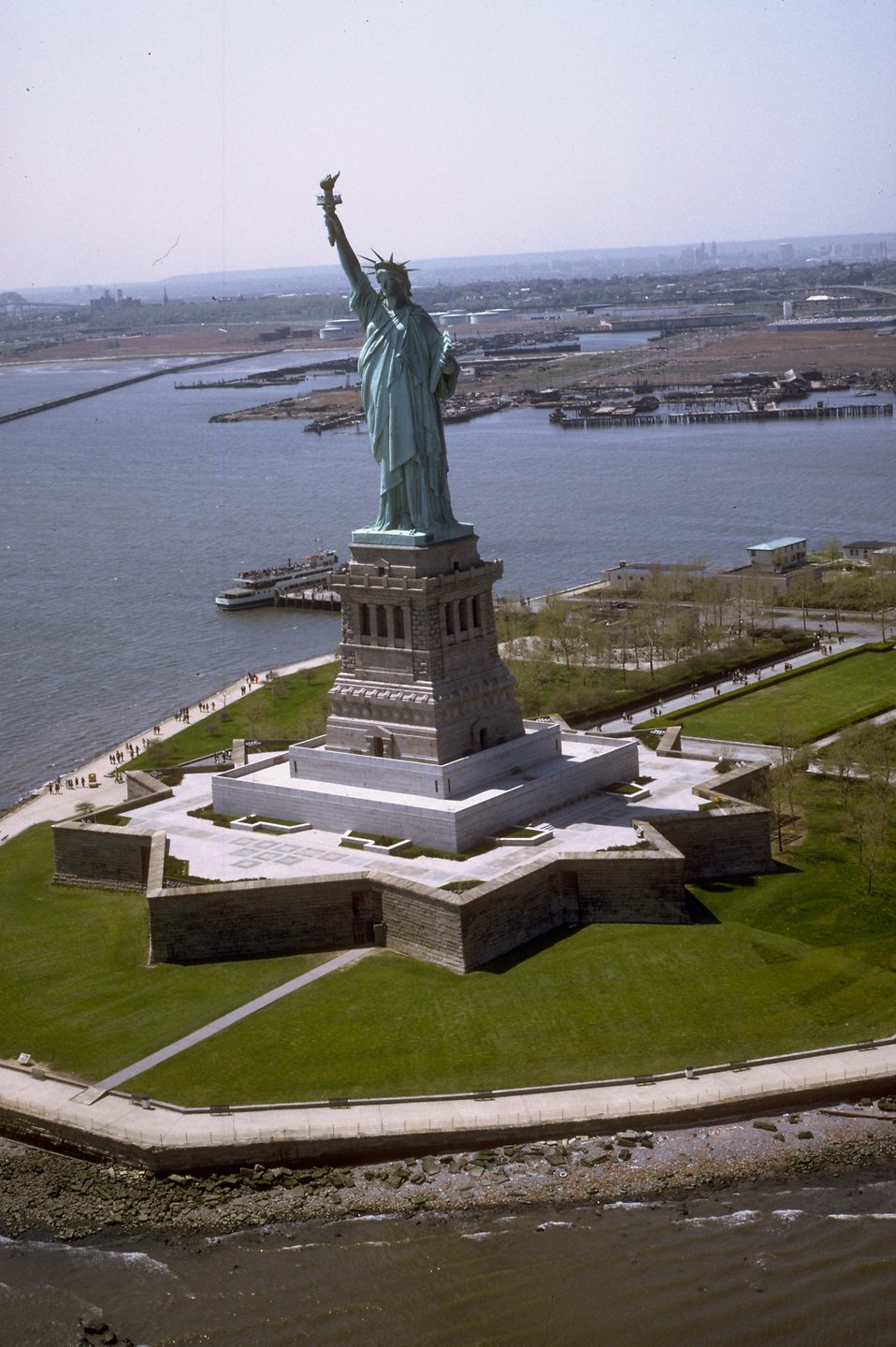 The Statue of Liberty monument on Liberty Island : Free Stock Photo
