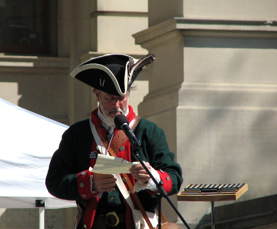A speaker in a Colonial costume at the 2010 Atlanta tax day tea party in Atlanta, Georgia : Free Stock Photo