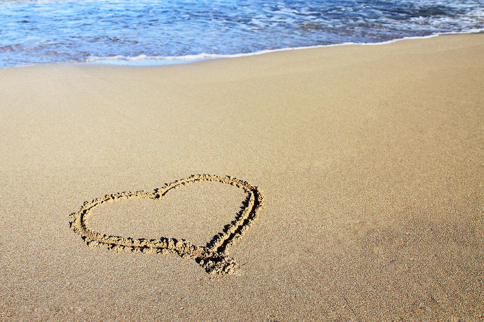 A heart drawn in the sand : Free Stock Photo