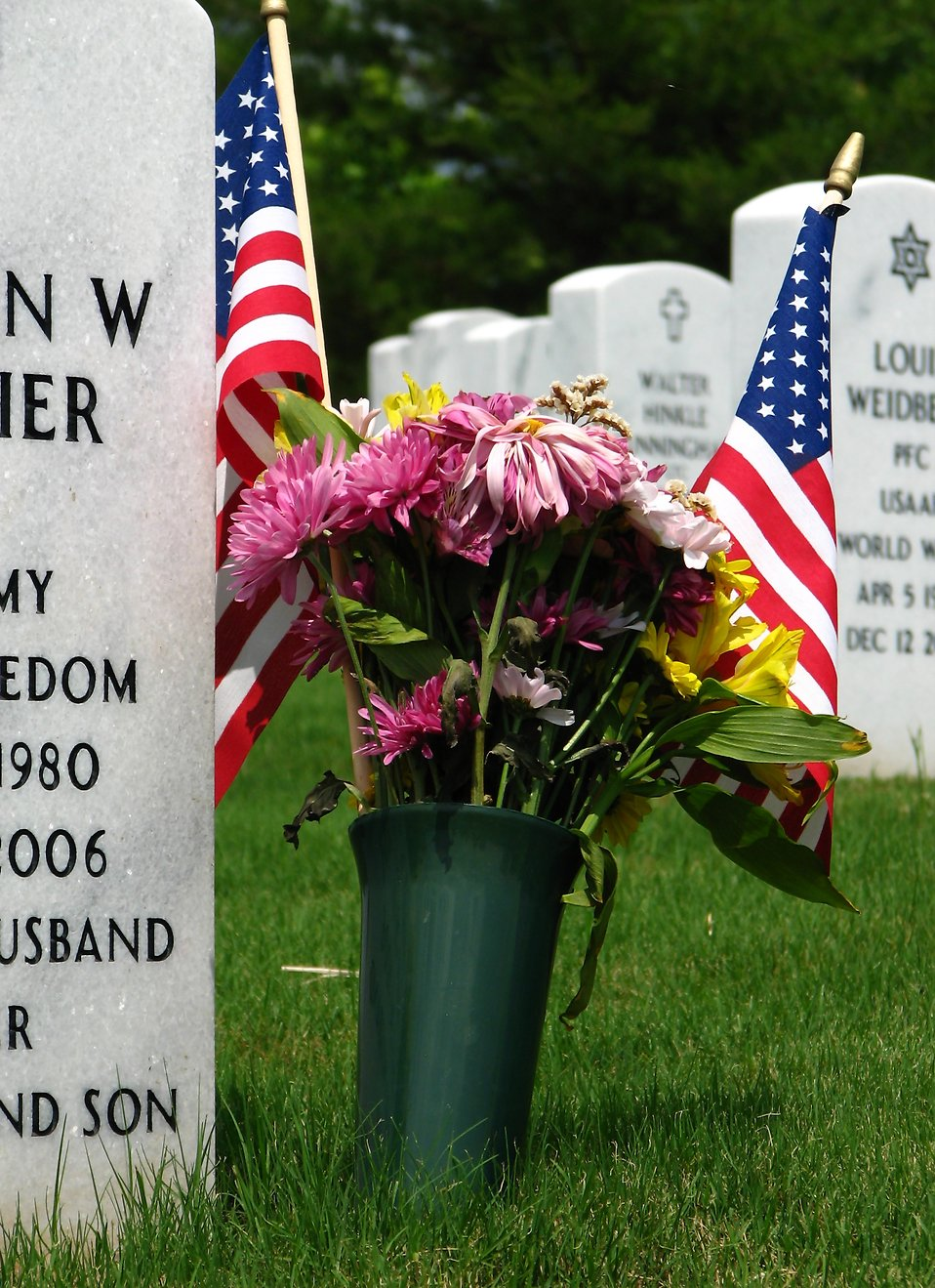 Close-up of gravestones and an American flag at the Georgia National Cemetery : Free Stock Photo