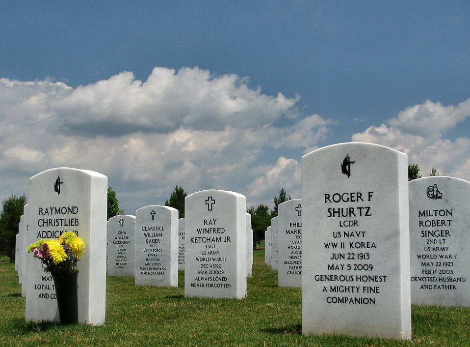 Close-up of gravestones in a field at the Georgia National Cemetery : Free Stock Photo