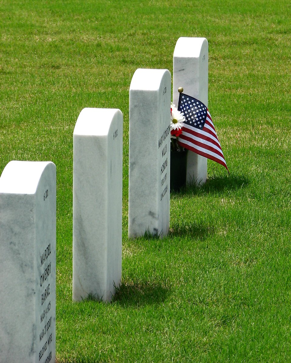 Gravestones and an American flag at the Georgia National Cemetery : Free Stock Photo