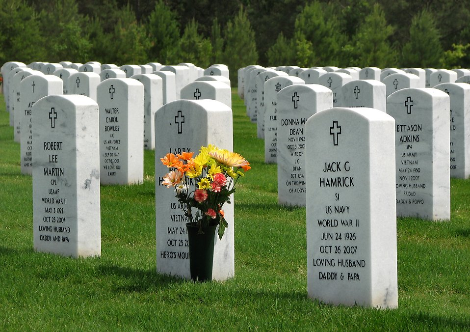Gravestones with flowers at the Georgia National Cemetery : Free Stock Photo