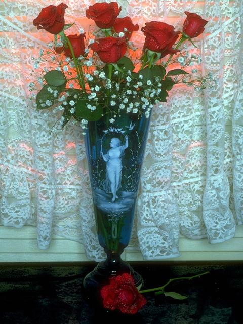 A vase with a bouquet of red roses : Free Stock Photo
