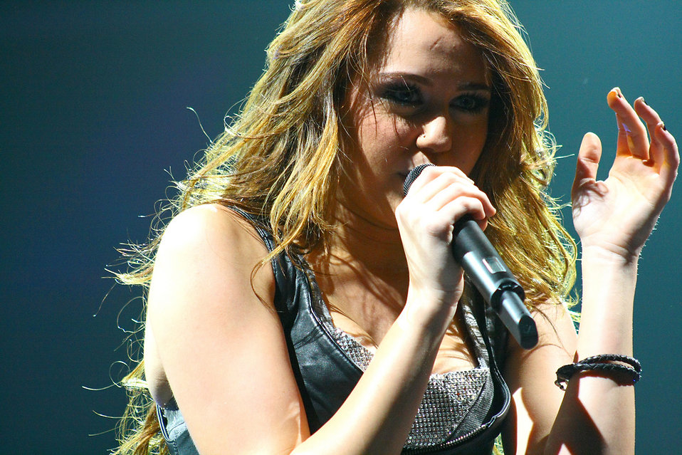 Miley Cyrus singing on stage : Free Stock Photo