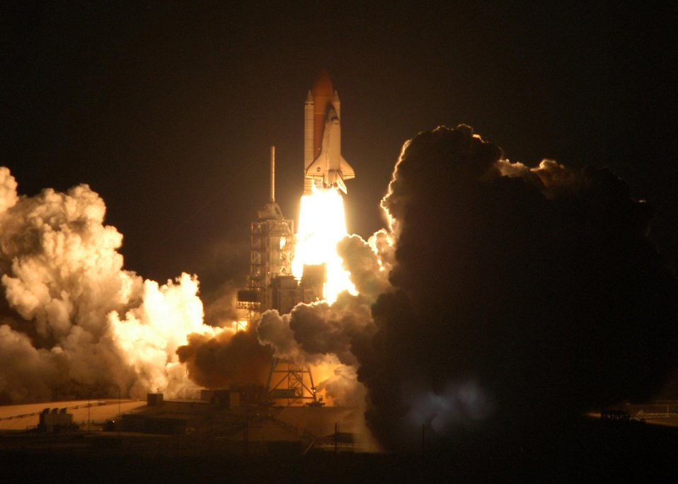 The space shuttle lifting off : Free Stock Photo