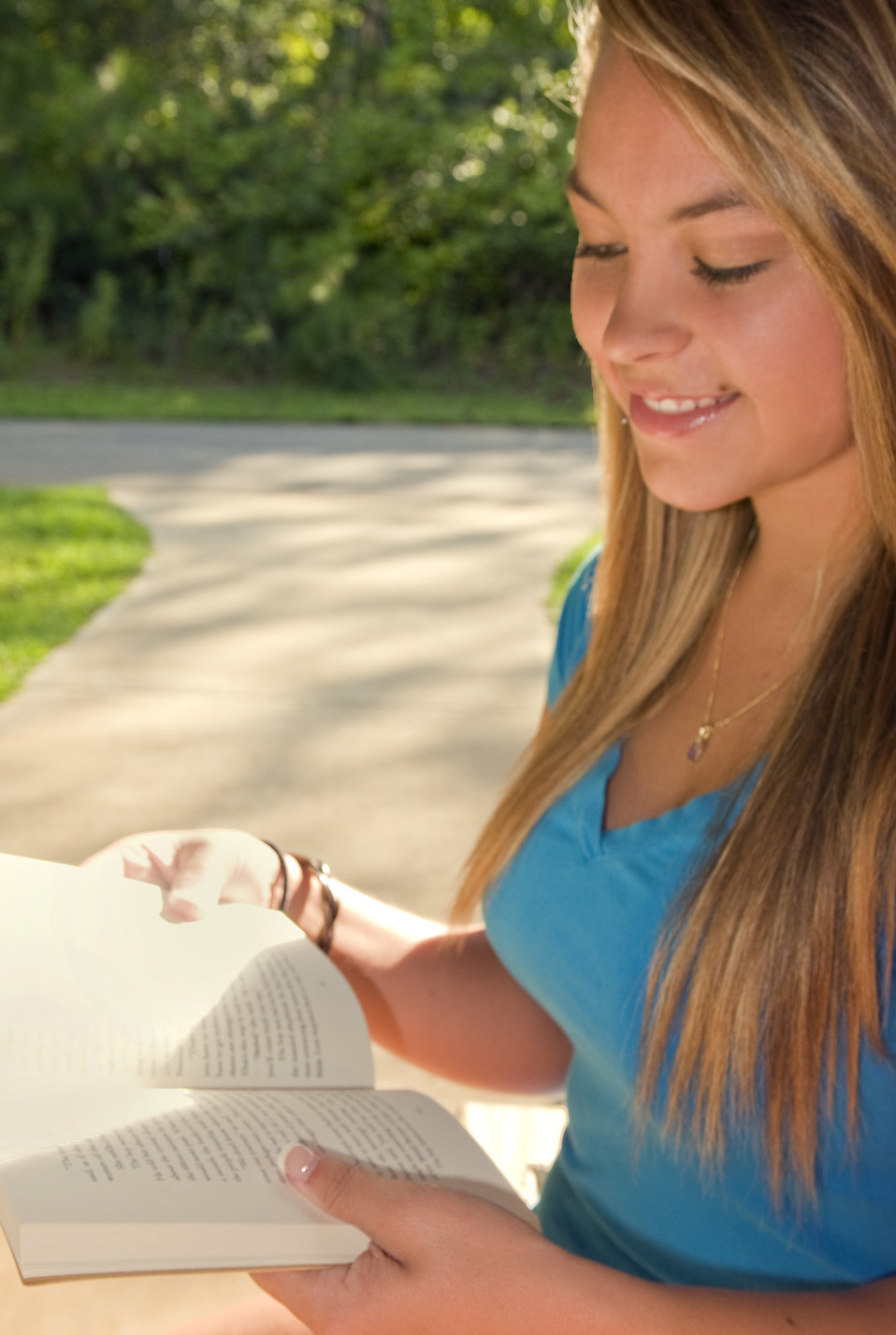 A young woman reading a book outdoors : Free Stock Photo