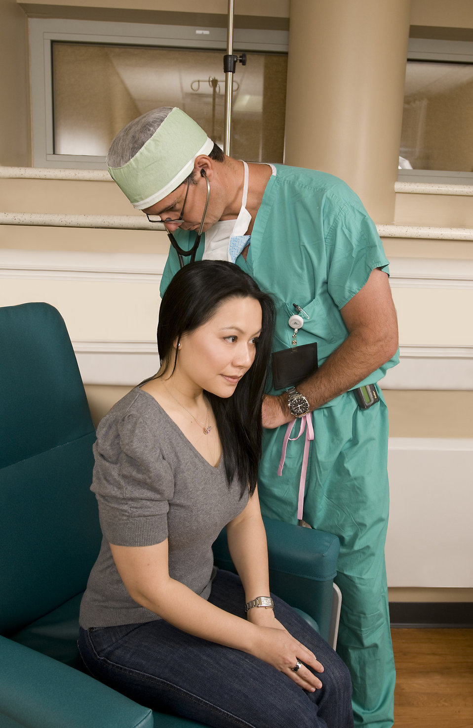 A doctor examining a female patient : Free Stock Photo
