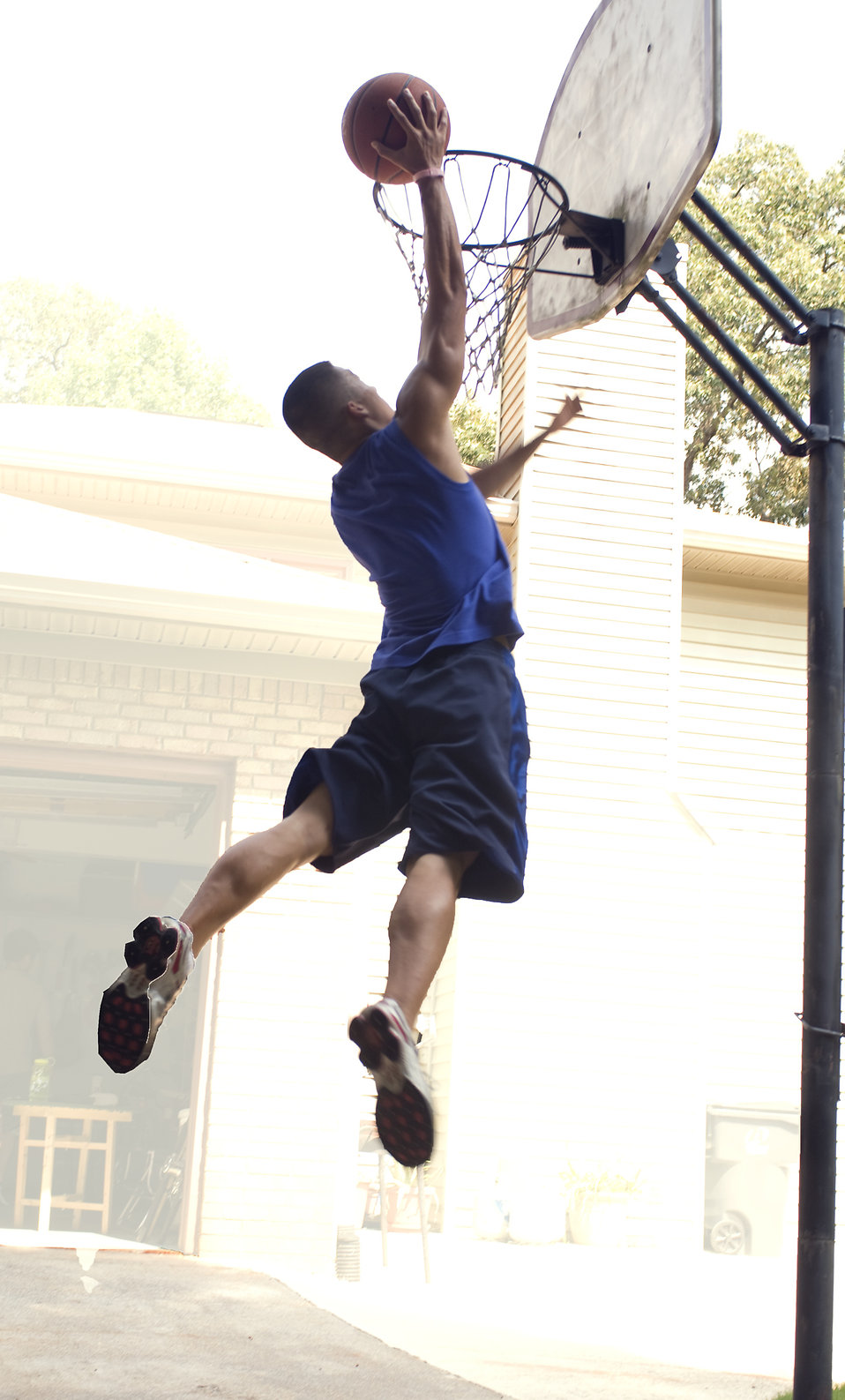 A young man dunking a basketball : Free Stock Photo