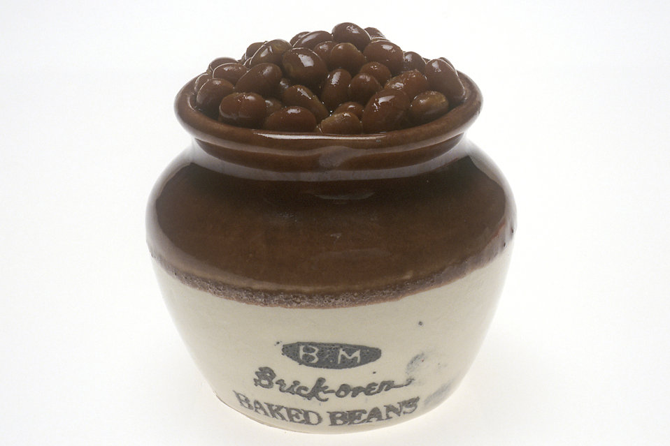 A ceramic pot filled with baked beans : Free Stock Photo