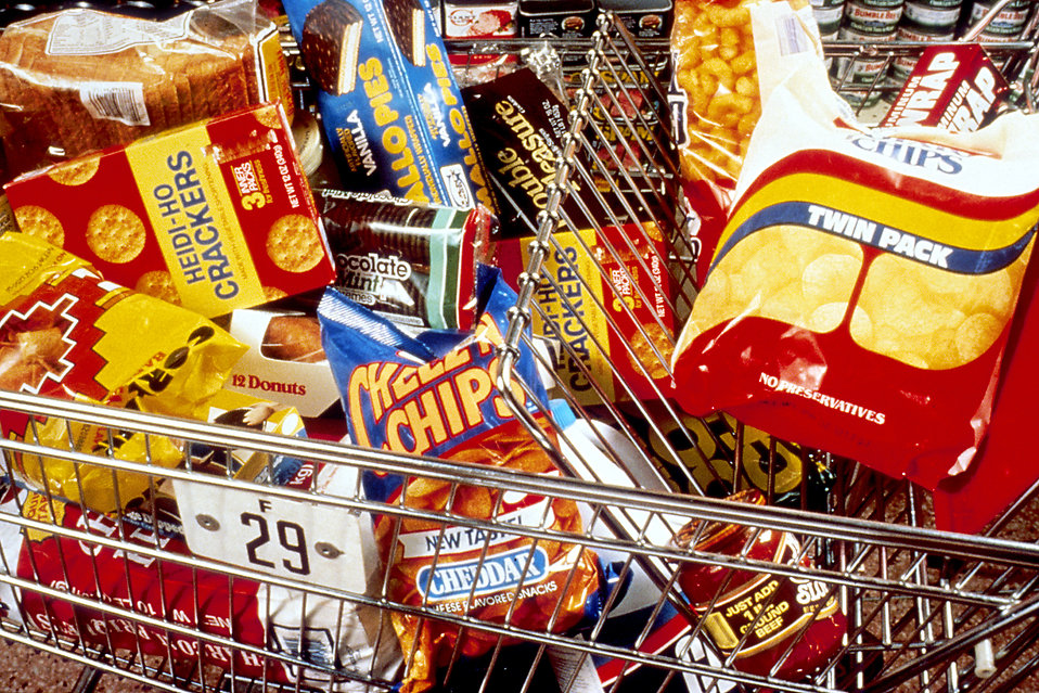 Unhealthy snacks ina shopping cart : Free Stock Photo