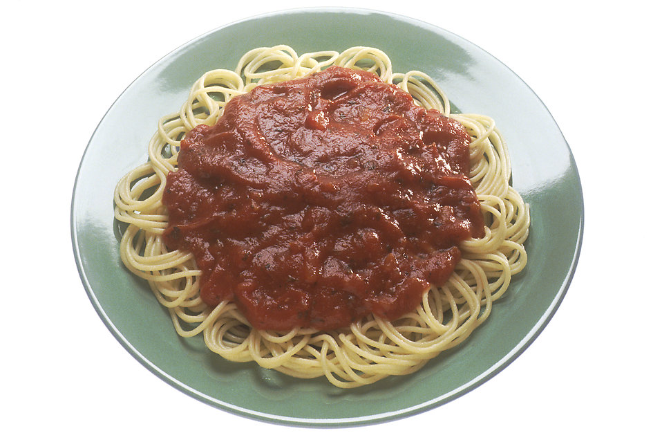 A plate of spaghetti topped with tomato sauce : Free Stock Photo