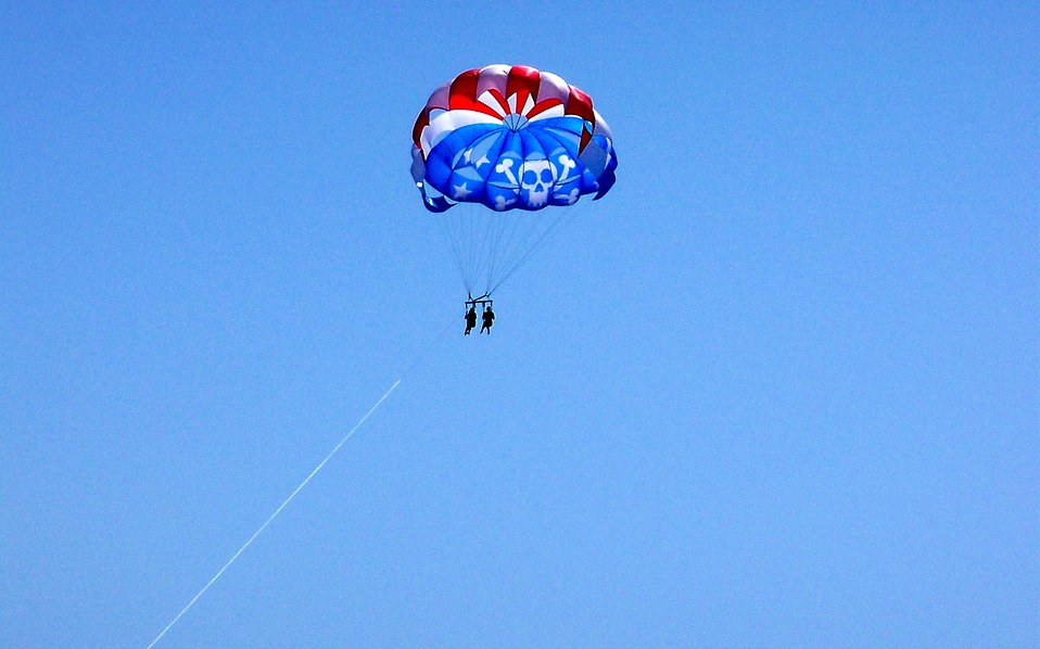 Parasailing : Free Stock Photo