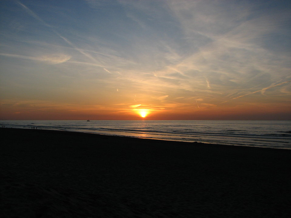 Sun setting over the ocean : Free Stock Photo
