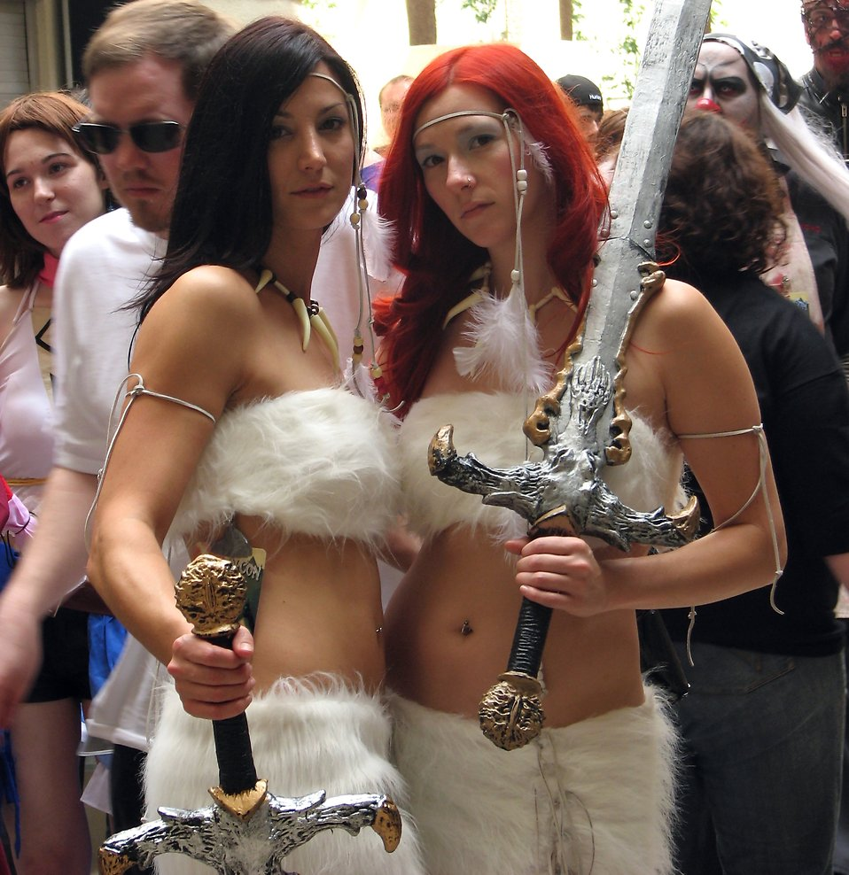 Two beautiful barbarian women with swords at Dragoncon 2008 : Free Stock Photo