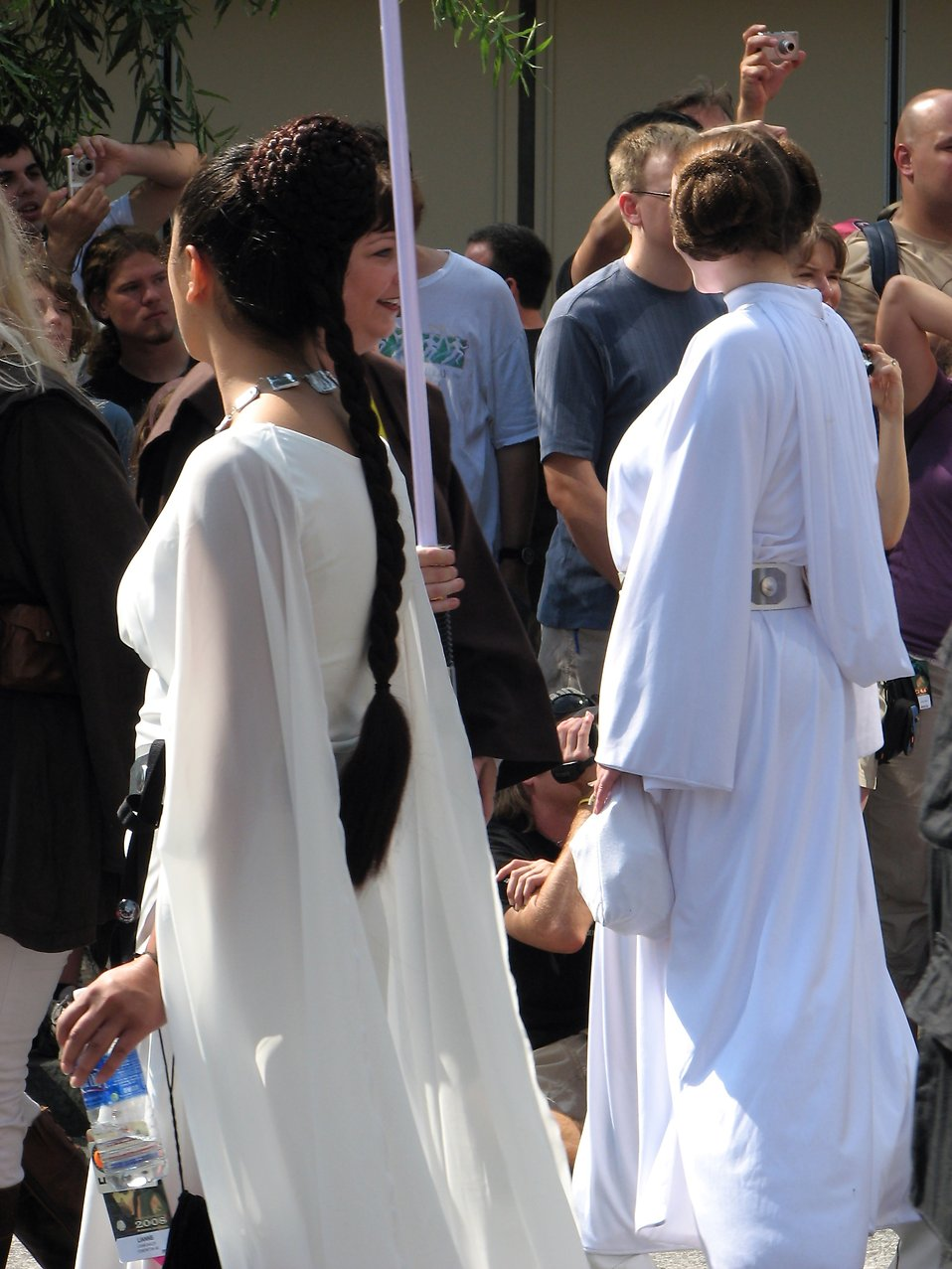 Two women in Princess Leia costumes in 2008 Dragoncon parade : Free Stock Photo