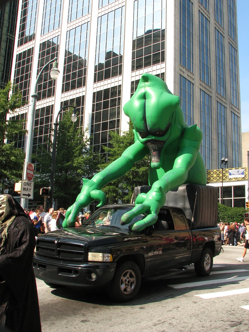 Alien balloon on a truck at the 2008 Dragoncon parade : Free Stock Photo