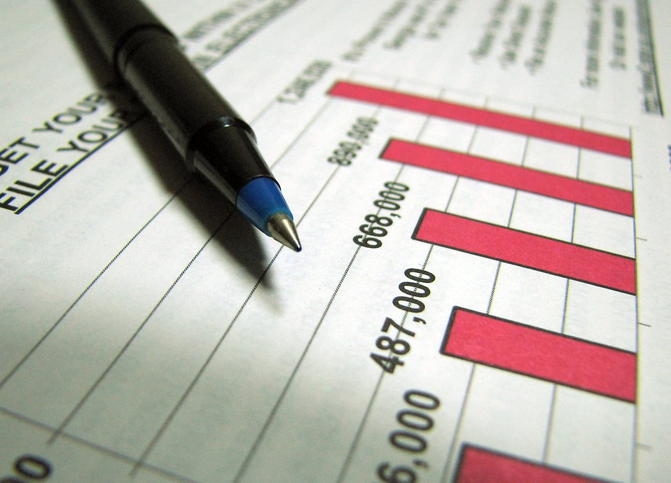 Closeup of a tax income graph and pen : Free Stock Photo