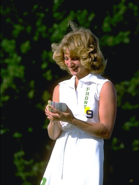 A woman golfer writing down her golf score : Free Stock Photo