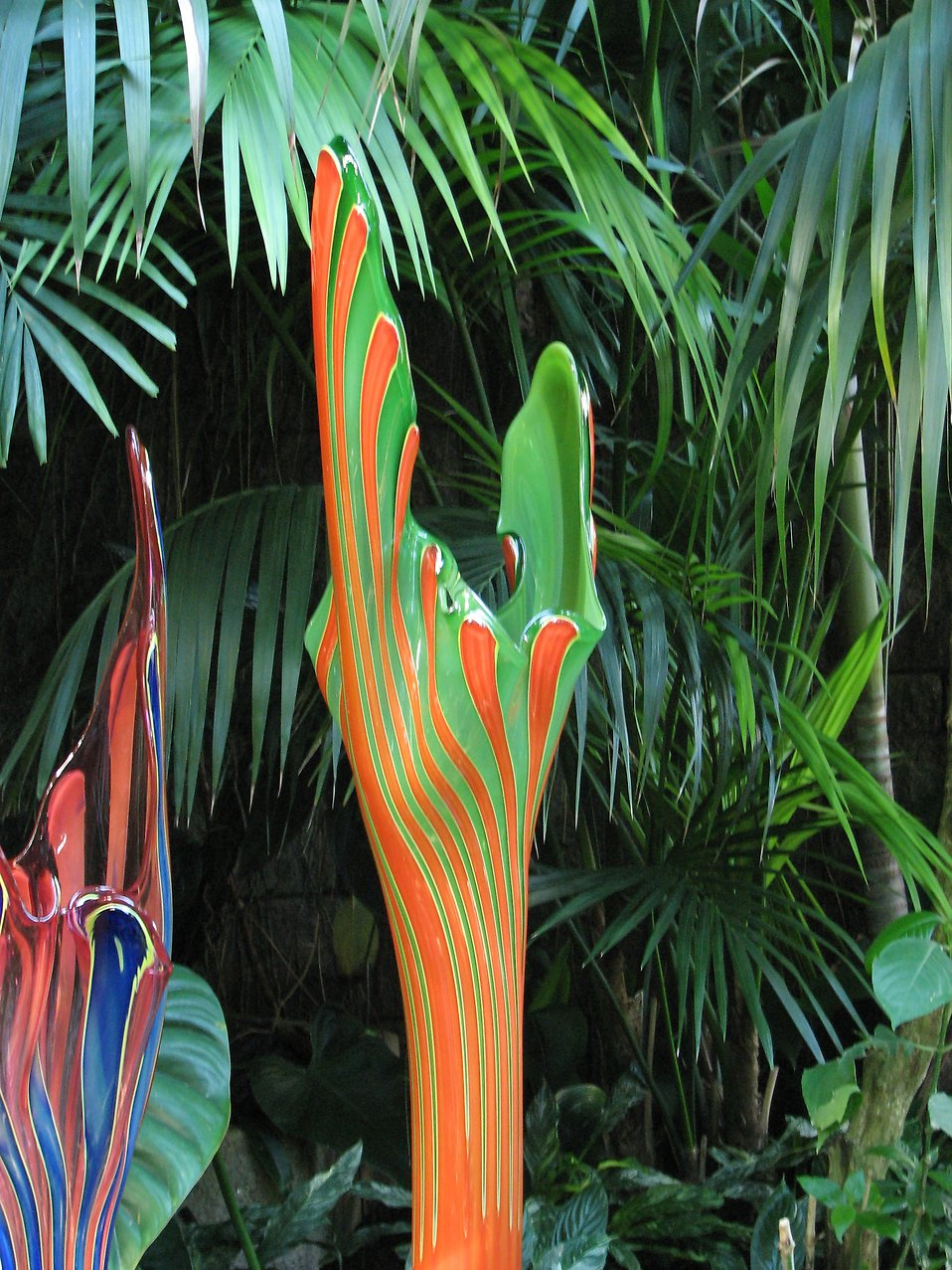 A glass sculpture among tropical foliage at the Atlanta Botanical Garden : Free Stock Photo