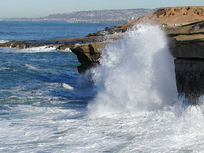 Ocean waves crashing against rocks : Free Stock Photo