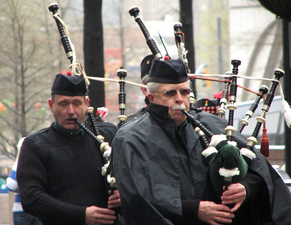 Bagpipe players in the 2009 Atlanta Saint Patricks Day Parade : Free Stock Photo
