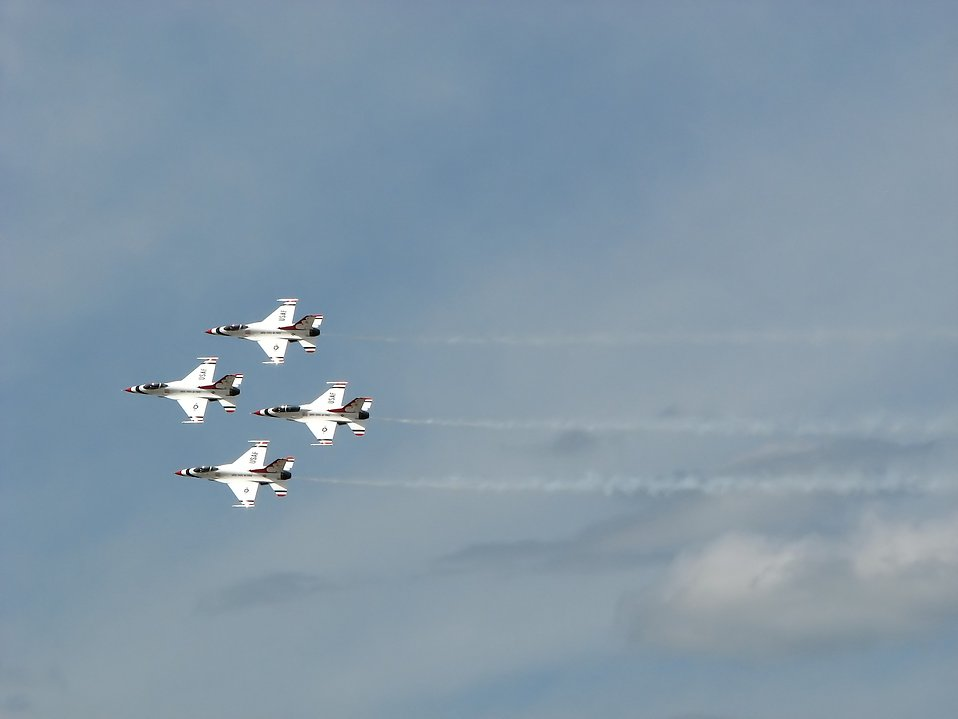 F-16 Air Force Thunderbird jets flying in formation at the 2009 Robins AFB Air Show. : Free Stock Photo