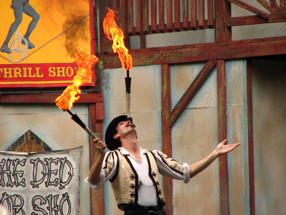 A juggler on stage at the 2009 Georgia Renassance Festival : Free Stock Photo